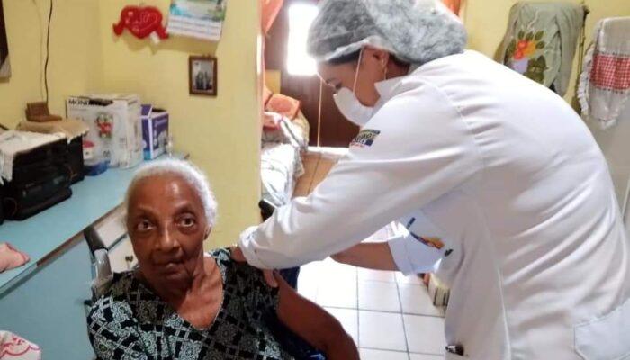 Em Buenos Aires, idosos recebem vacina contra o covid-19 em casa